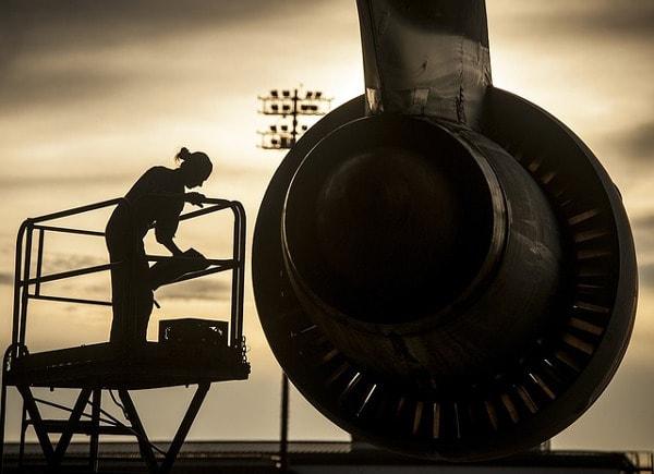 Fluggerätmechaniker/in Ausbildung - Voraussetzungen und Gehalt