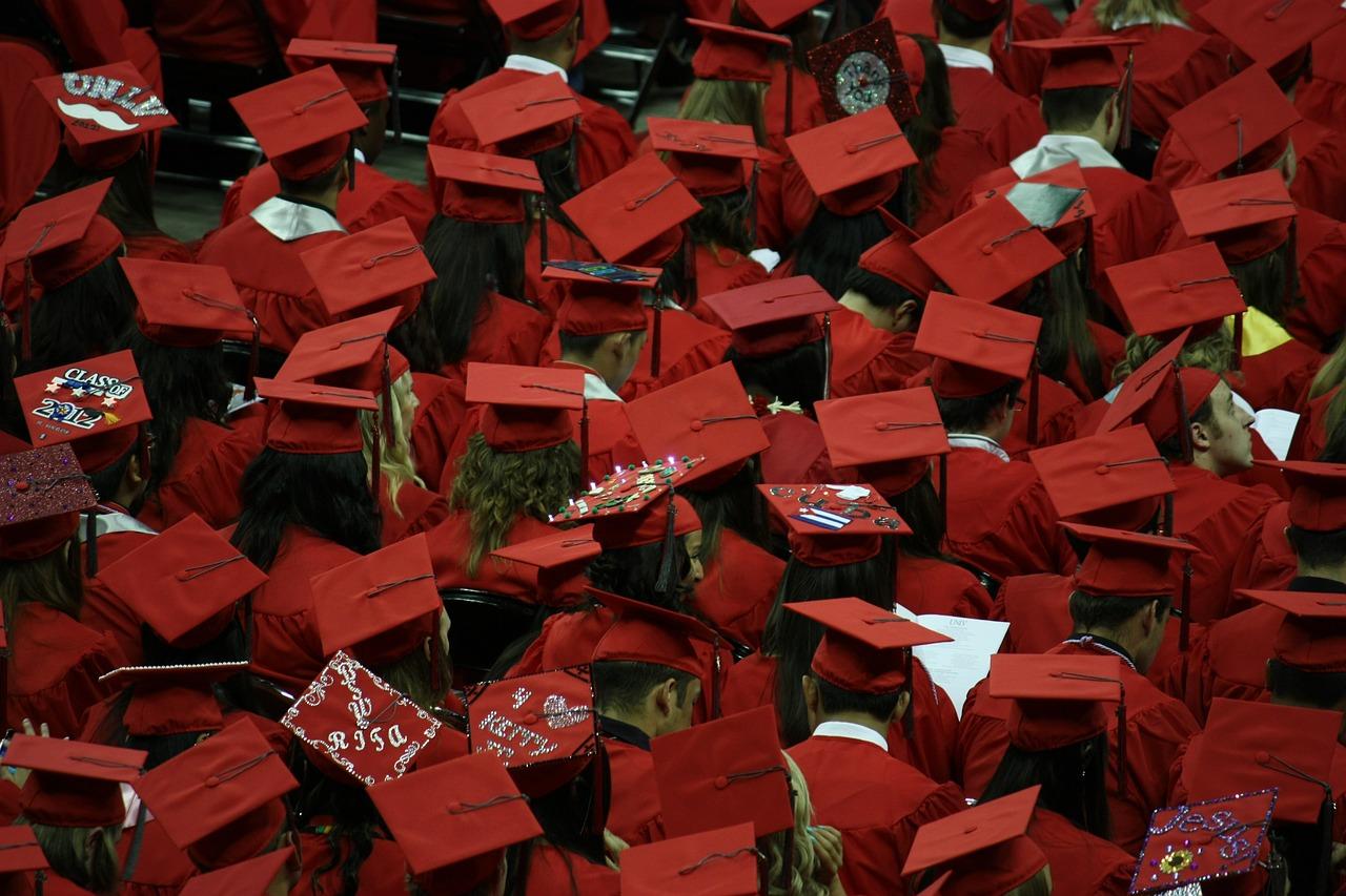 Jahr für Jahr graduieren tausende von Studenten. Können sie ihre Studienkosten bald steuerlich ansetzen?